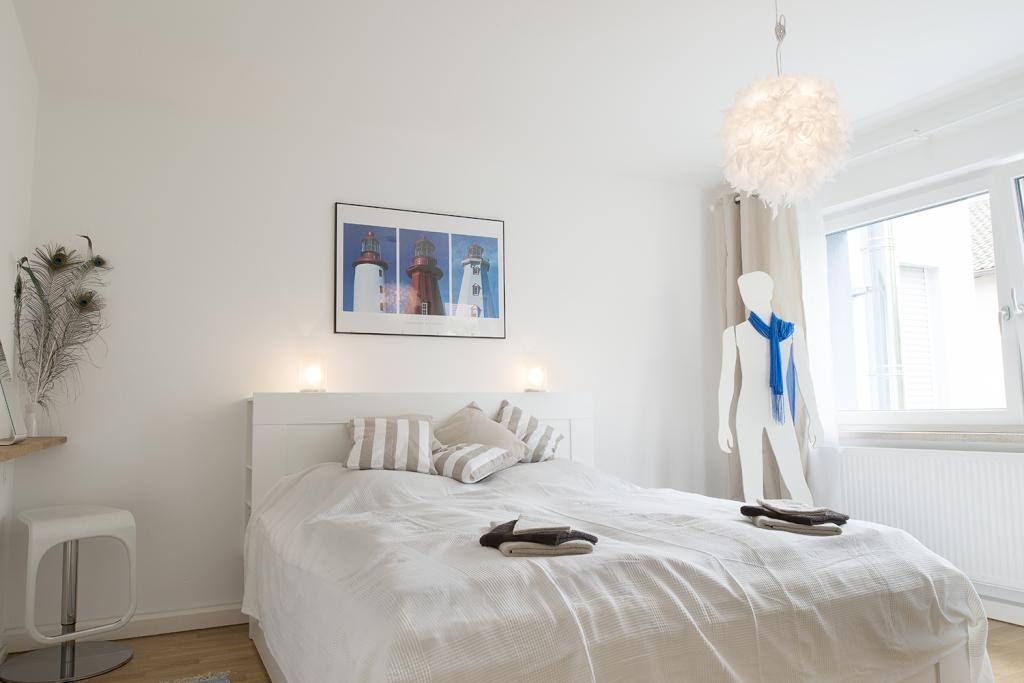 Schönes Schlafzimmer in Beigetönen und neutralen Farben