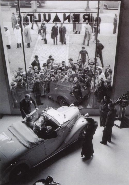 Loja Renault na Champs Elisées, 1936 by Robert Doisneau