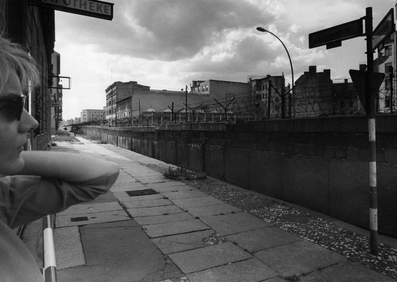 Zimmerstrasse Ecke Friedrichstrasse Kurz Nach Dem Mauerbau Liebe Leserinnen Liebe Leser Senden Sie Ihre Histori Berlin Fotos Berliner Mauer Berlin Hauptstadt