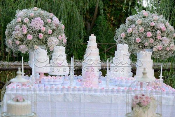Maestoso tavolo dei dolci in stile shabby chic per un