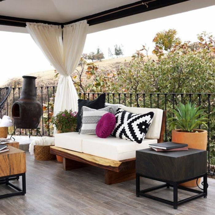 decoración en blanco para terrazas modernas, cojines de diferente