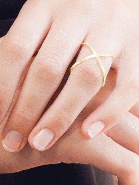 """Unser Favorit an unseren Fingern im Frühling? Ring """"720 Grad"""" aus vergoldetem Silber ist auf Hochglanz poliert und vereint gleich zwei gekreuzte Ringe in einem."""