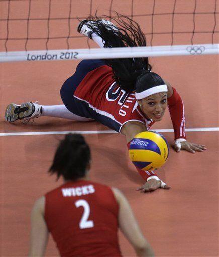 Great Dig By Brenda Castillo Female Volleyball Players Volleyball Poses Libero Volleyball