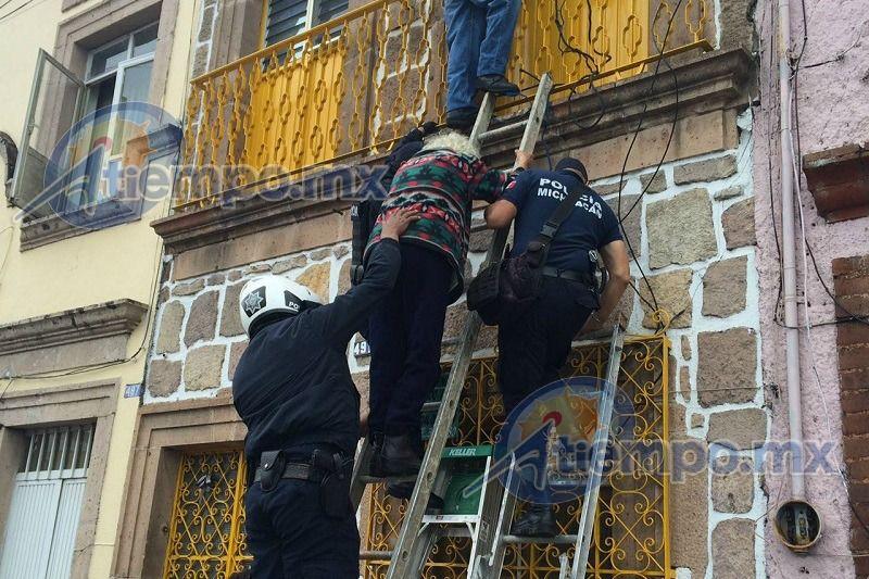 Los hechos, en la calle 5 de Febrero, donde la mujer pretendía arrojarse desde el segundo piso de su casa a la calle; al lugar arribaron elementos del Grupo de ...