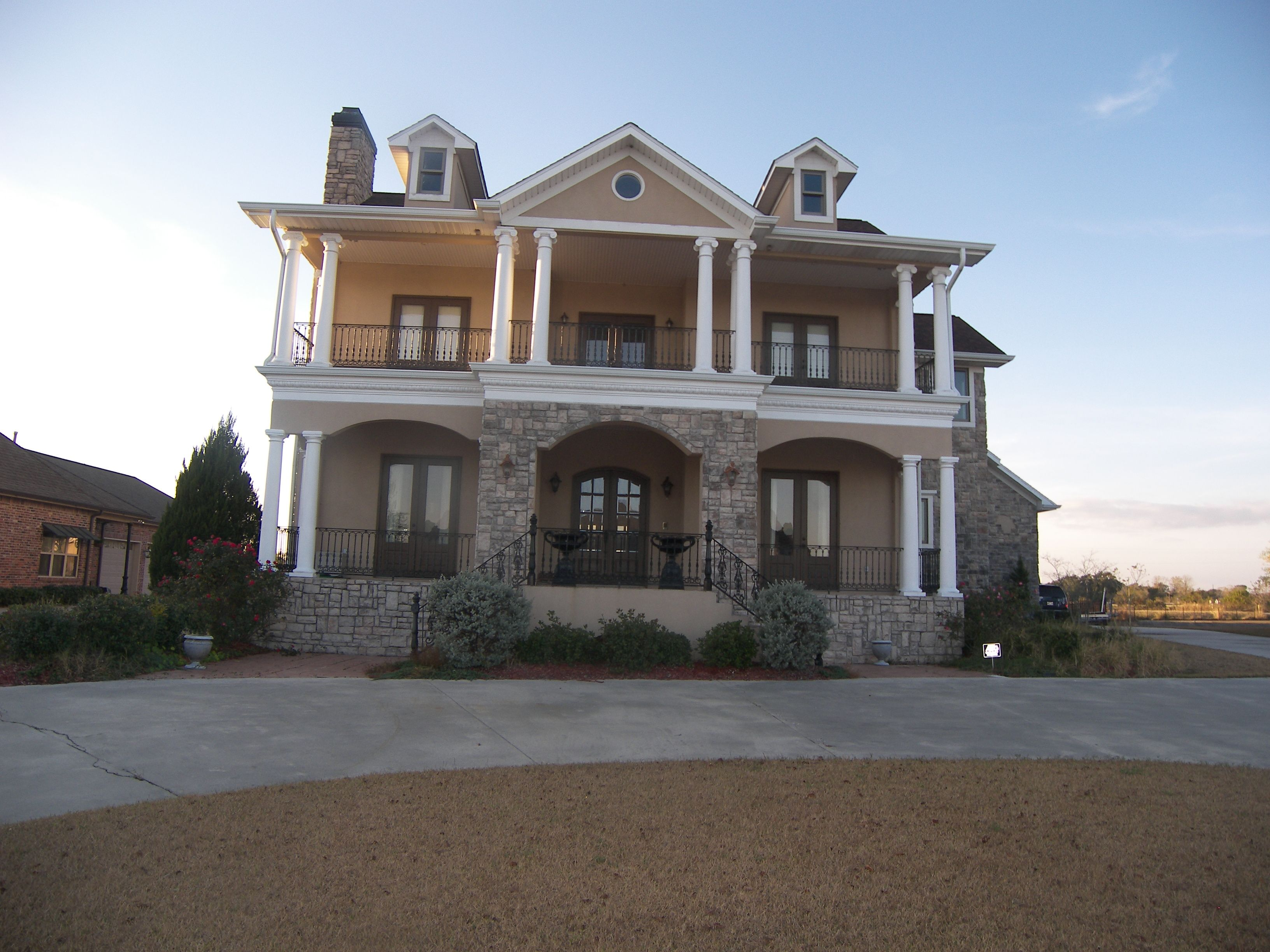 Luxury Home For Sale In Houma La 4 Bedrooms 3 5 Baths Formal Living And Dining Full Guest House With Kitchen Boathouse Wi House House Styles Luxury Homes