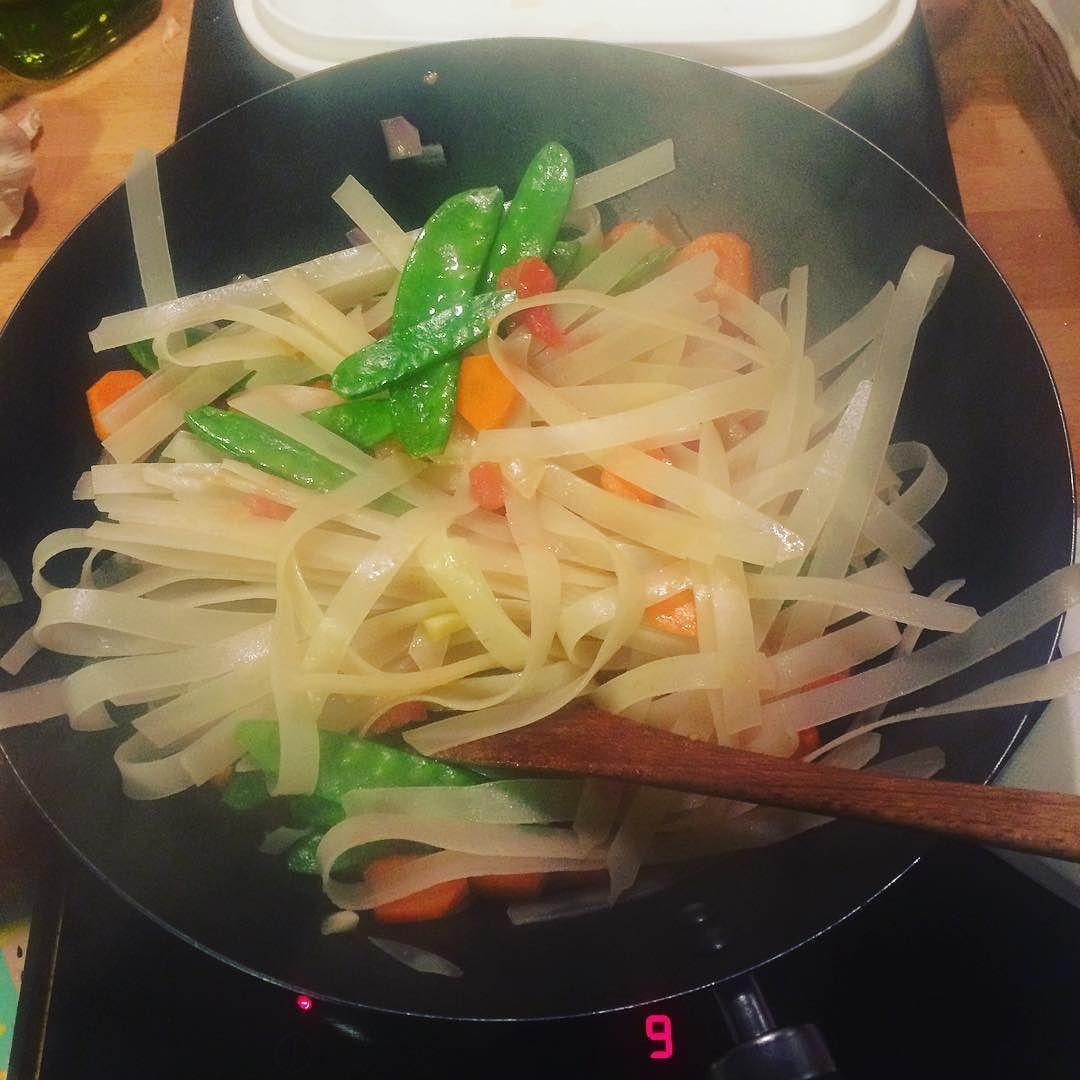 Même à #Paris chez @morgane_nikita on cuisine comme des dingues ! #Chaville #mumy #padthai #miam