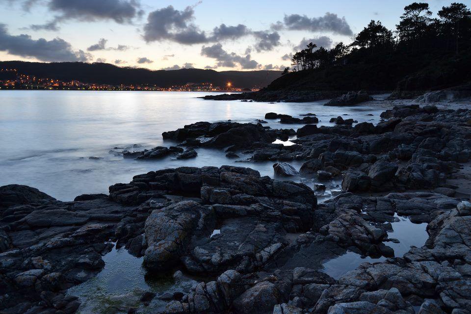 Corcubión separado de la playa de Ameixenda en Cee por un manto de mar