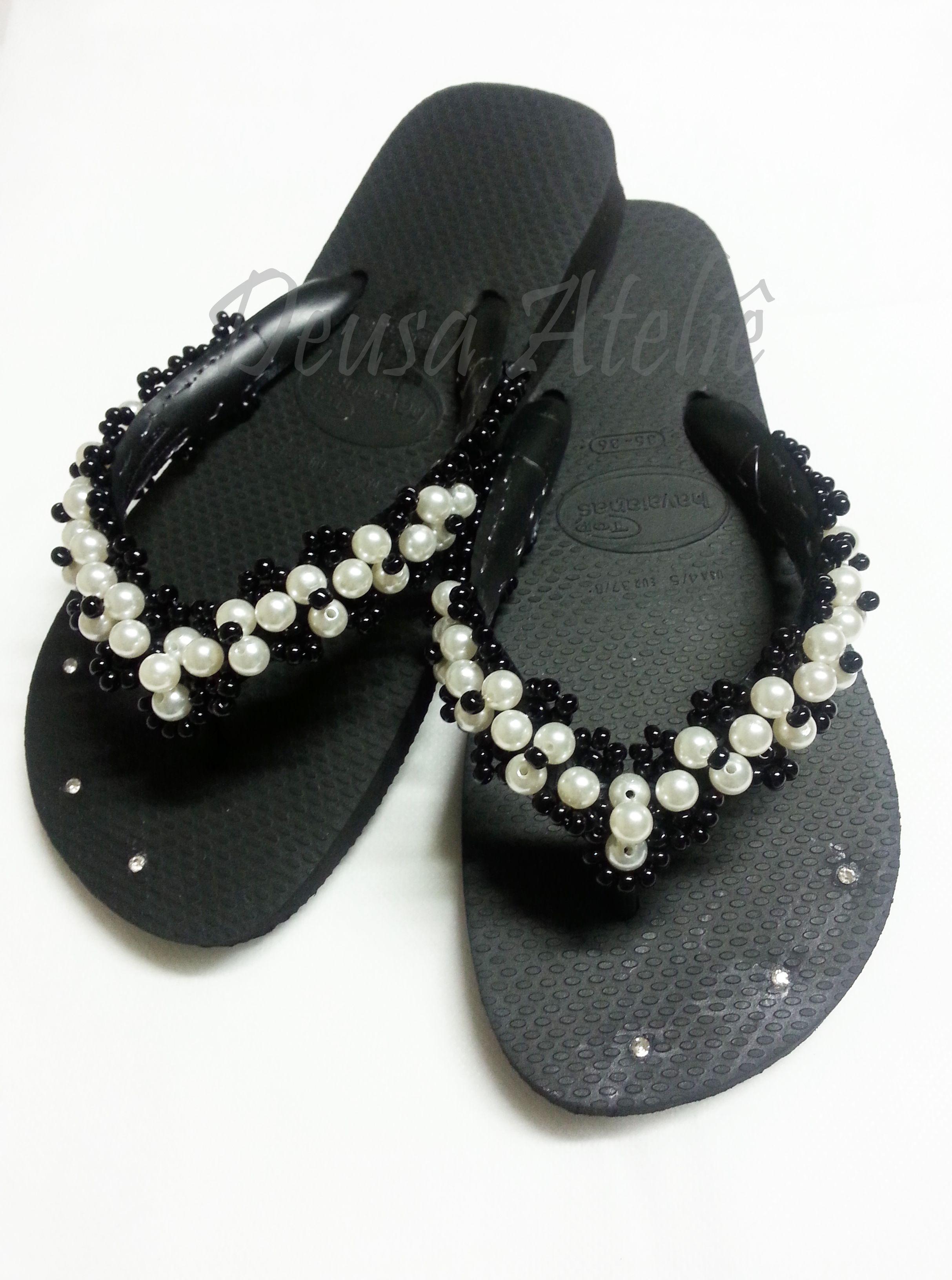 eea069620c Chinelo preto bordados com pérolas brancas e miçangas pretas ...