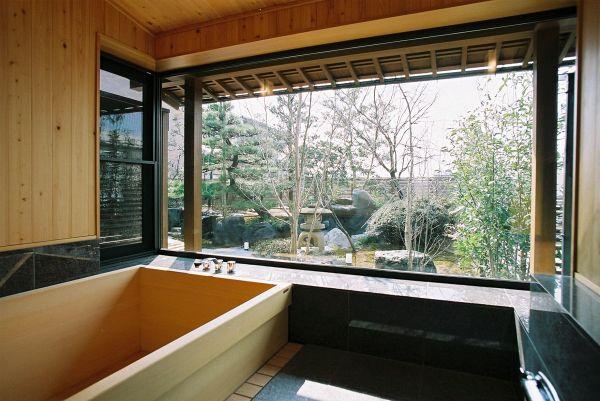 K T House 3畳ある造作の檜風呂 正面のfixからは中庭を眺められ四季