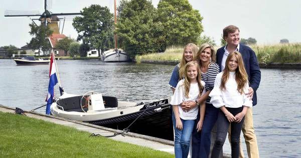 Koning Willem-Alexander, koningin Máxima en prinsessen Amalia, Alexia en Ariane poseerden vanmiddag in het Zuid-Hollandse Warmond voor de jaarlijkse fotosessie. Het koninklijke gezin arriveerde per sloep en koos voor blauw-witte kleding, geheel in nautisch thema.