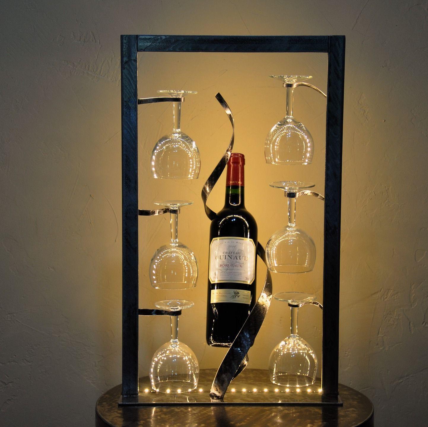 Porte bouteille lumineux pour pr senter six verres et une bouteille accessoires de maison par for Porte en verre et fer forge