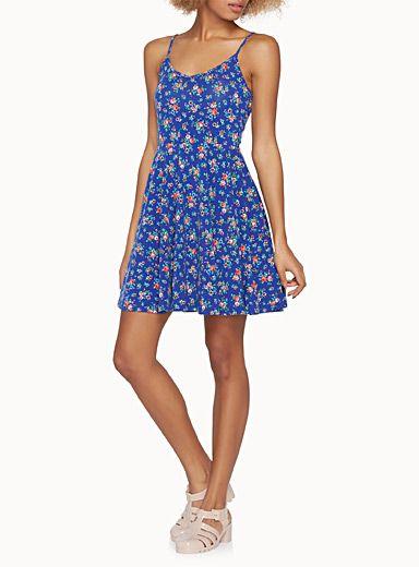 Exclusivité Twik     Parasols bicolores ou fleurs épanouies et colorées s'affichent sur cette robe évasée estivale   Doux jersey stretch fluide dansant   Bretelles spaghetti ajustables    Le mannequin porte la taille petit