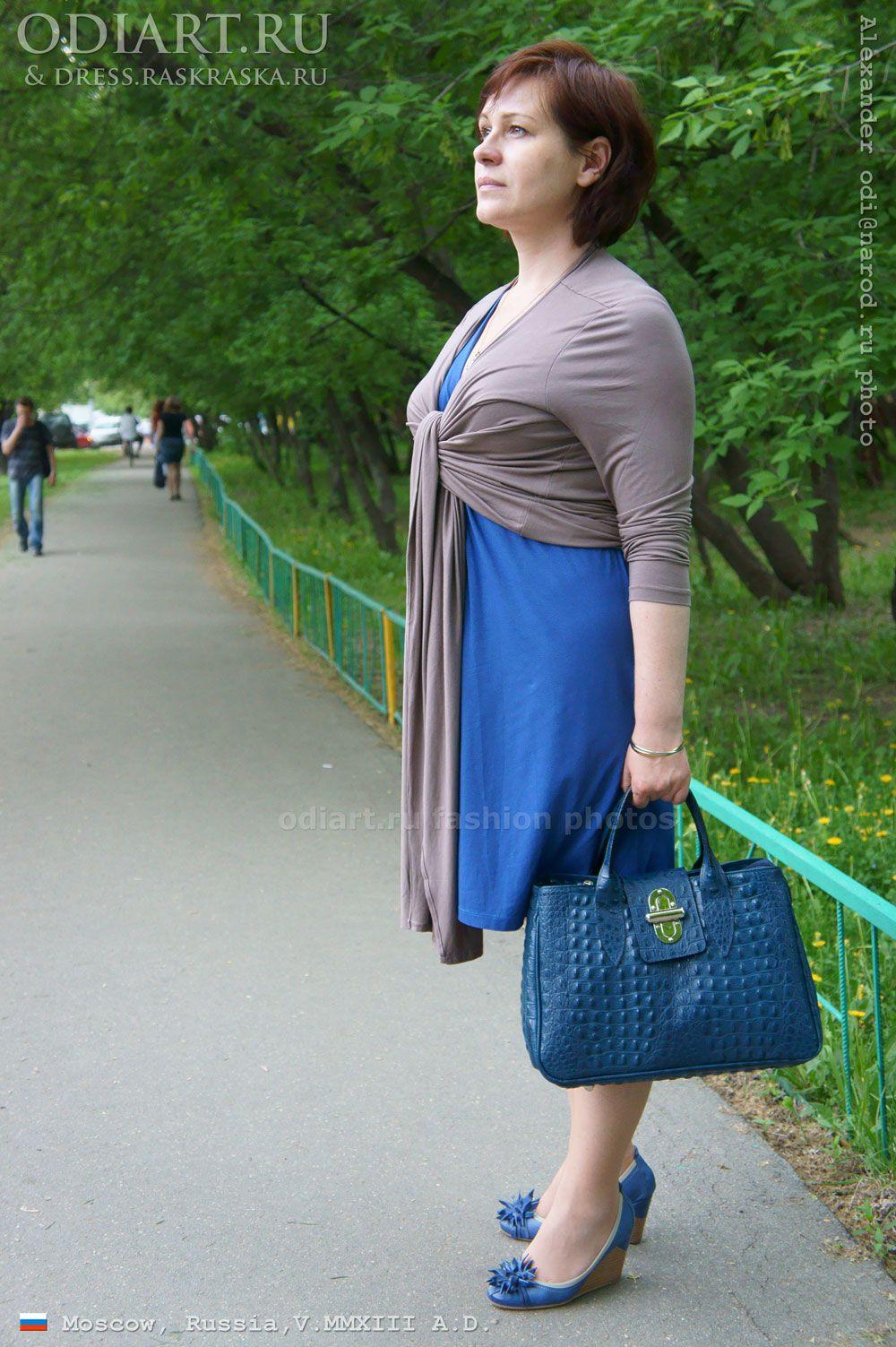 Blue dress. Middle-aged fashion. Blue handbag. Blue shoes Salamandra. Street fashion in Moscow. Russia. Alexander odigif@gmail.com Author's photo.