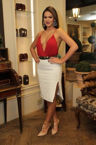 Bruna Marquezine abusa do decote em evento fashion