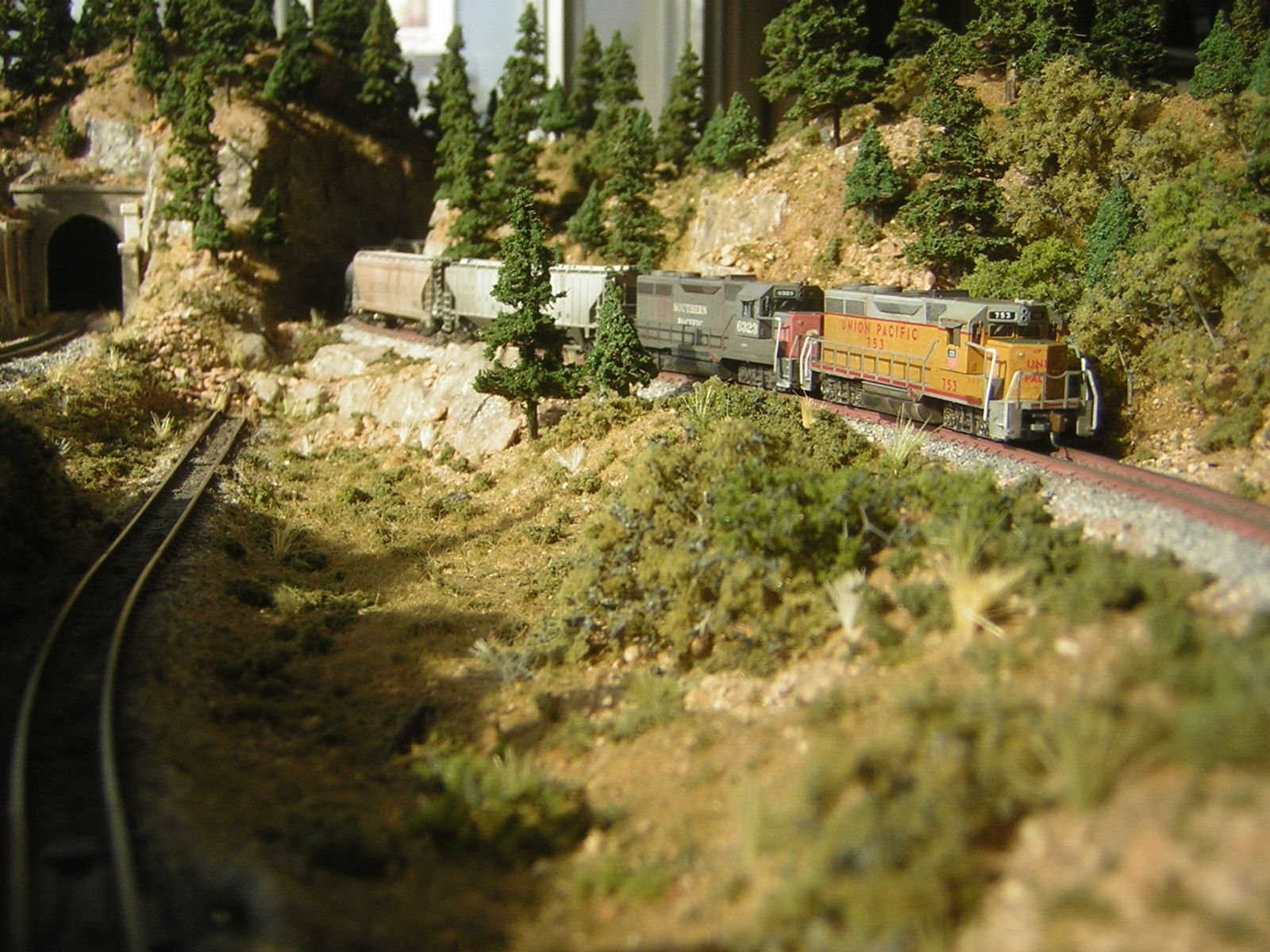 Z scale train layouts
