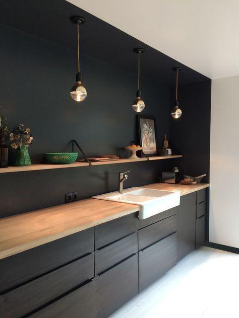 Schwarz Weiß und Holzfarbe in dieser minimalistischen Küche. Verwendung eines einzelnen Regals in #minimalistkitchen
