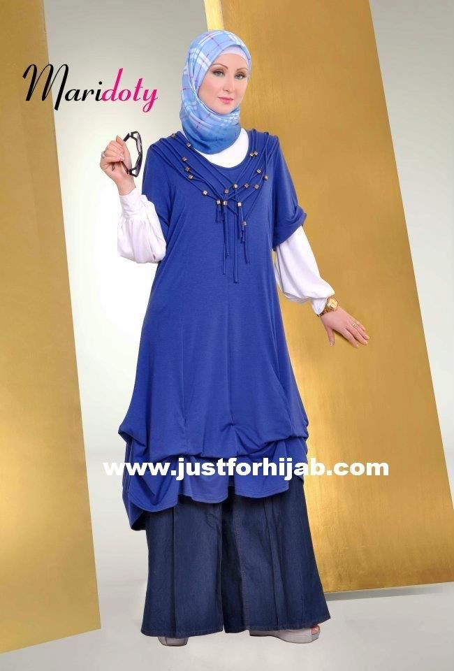 hijab fashion of a short-sleeved knit shirt gathered at the  knees for full effect, worn over a long-sleeved white shirt and wide-legged jeans