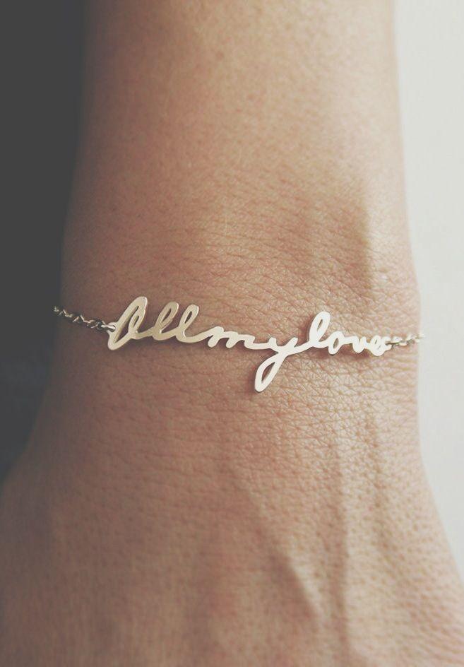 Een armband met het handschrift van een dierbare | Vind meer inspiratie over het afscheid, de uitvaart en het rouwen op http://www.rememberme.nl