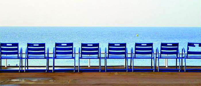 Face A La Mer Les Celebres Chaises Bleues De La Promenade Des Anglais A Nice 06 Chaise Bleu Promenade Des Anglais