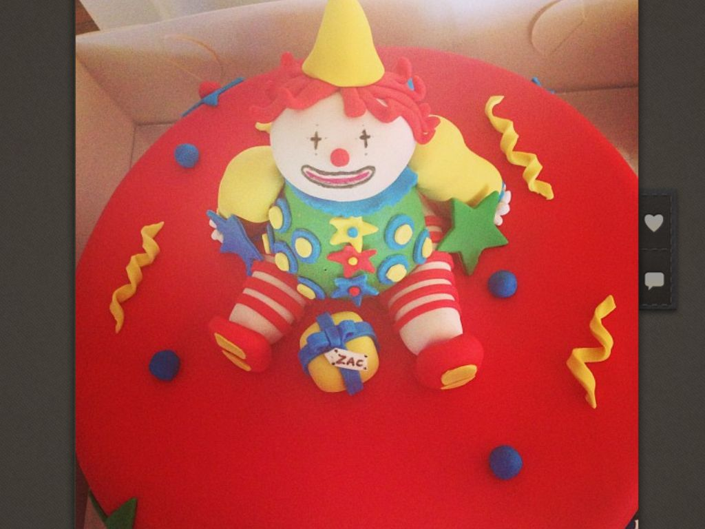 Clown & pressie by Brenno's hotbake