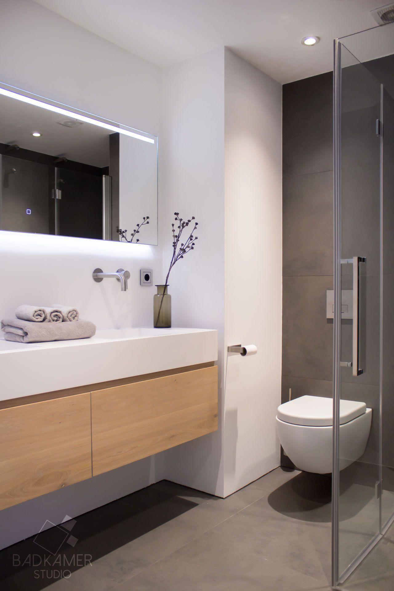 Moderne badkamer in Den-Haag met een maatwerk massief eiken ...