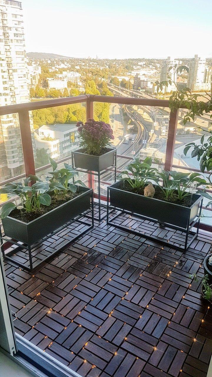 Ein weiterer Balkon einer Stadtwohnung mit Ikea-Deckfliesen, zwischen denen Lichterketten verflochten sind #balconylighting