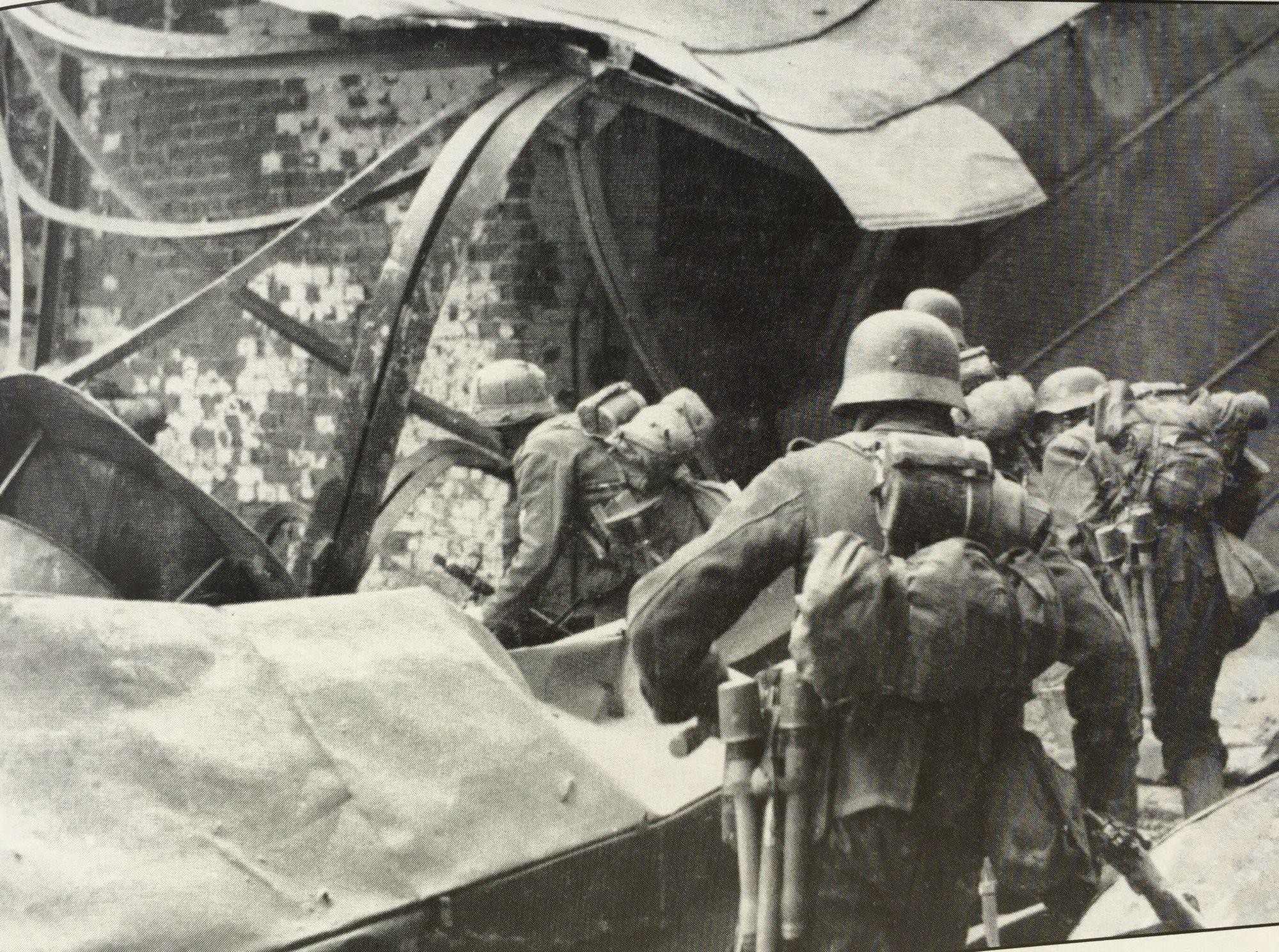 Немецкая пехота пробирается через развалины завода. Сталинград, 1942 г.