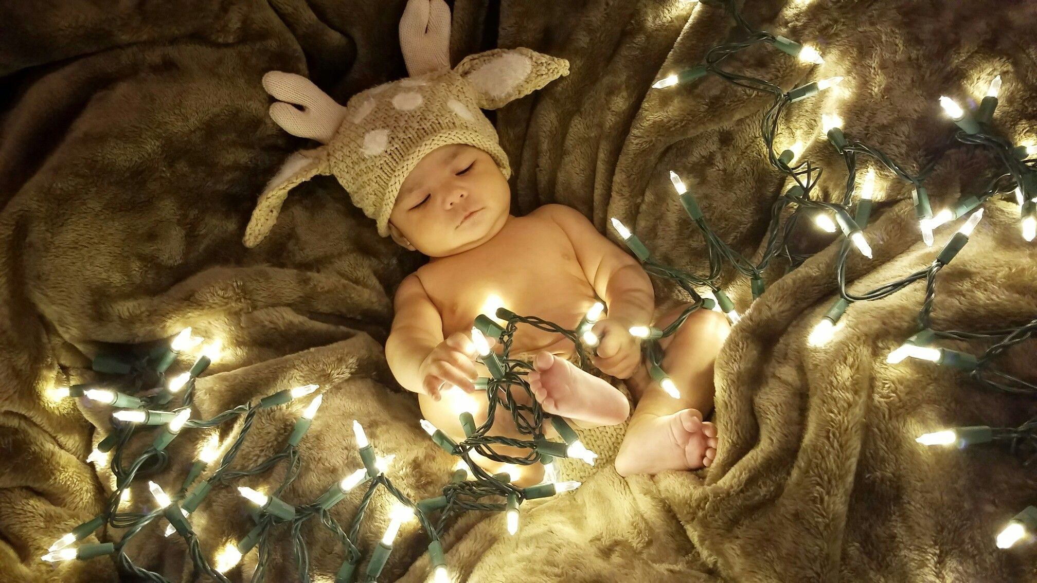 Do it yourself baby christmas pictures all you need is a blanket do it yourself baby christmas pictures all you need is a blanket on some pillows solutioingenieria Choice Image