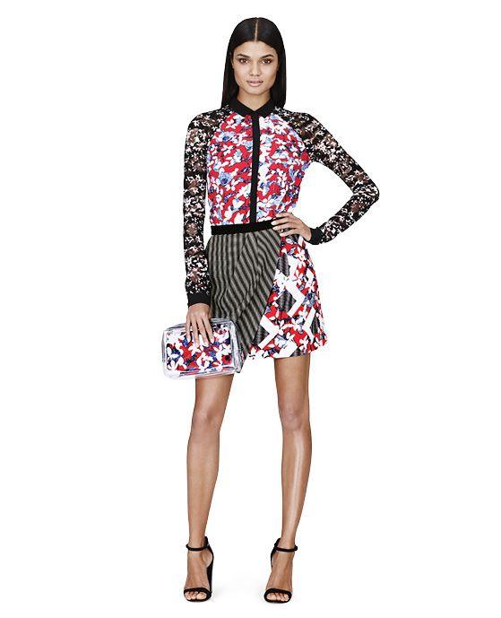 Peter Pilotto for Target -  Blouse tissée à manches longues à motif floral rouge 29,99 $. Pochettes à motif floral rouge 22,99 $. Minijupe avec touche de rouge 34,99 $.