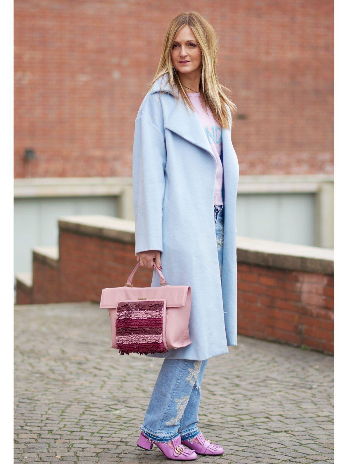 Super leichtes DIY-Projekt: besetzt eure Jeans doch mit etwas Spitze, so wie diese Besucherin der Mailänder Modewochen. Wie das geht? Kauft euch etwas Spitzenstoff, schneidet vorsichtig ein schönes Muster aus und näht es dann auf eurer Jeans fest. Alternativ könnt ihr die Spitze auch mit Textilkleber festkleben. Ihr solltet nur darauf achten, einen Kleber zu verwenden, der durchsichtig trocknet.Für alle Bastel-Profis: Do it Yourself - Mode, Wohnen, Food selber machen