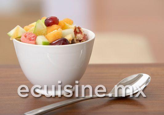 TAZÓN FESTIVO DE FRUTAS Frutas en cubos, bañadas en un almíbar con un toque cítrico, muy fresco e ideal para el postre o desayuno.  http://ecuisine.mx/recipe.php?id=270