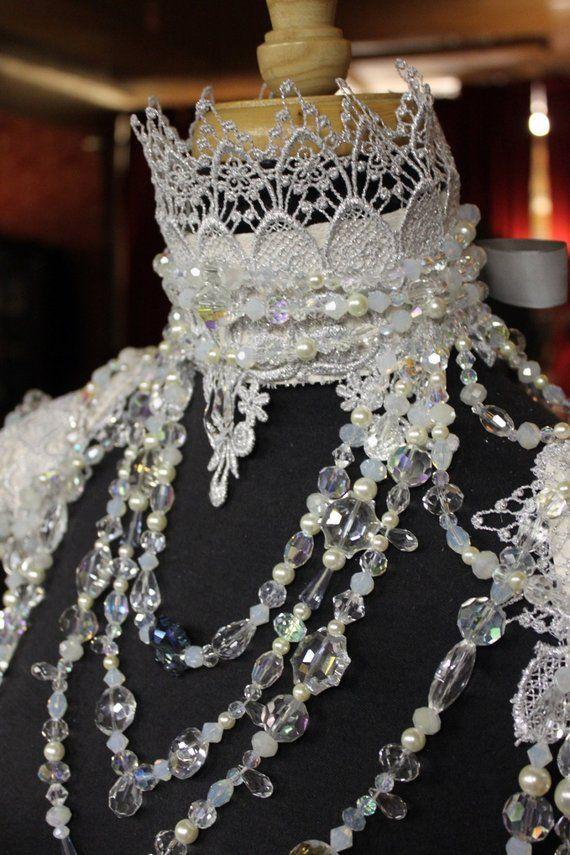 Die Schneekönigin – Winter Braut ~ große Aussage Leder und Spitzenkragen der Kristalle mit Spitze Epauletten / Valentinstag Geschenk für sie. Auf Bestellung