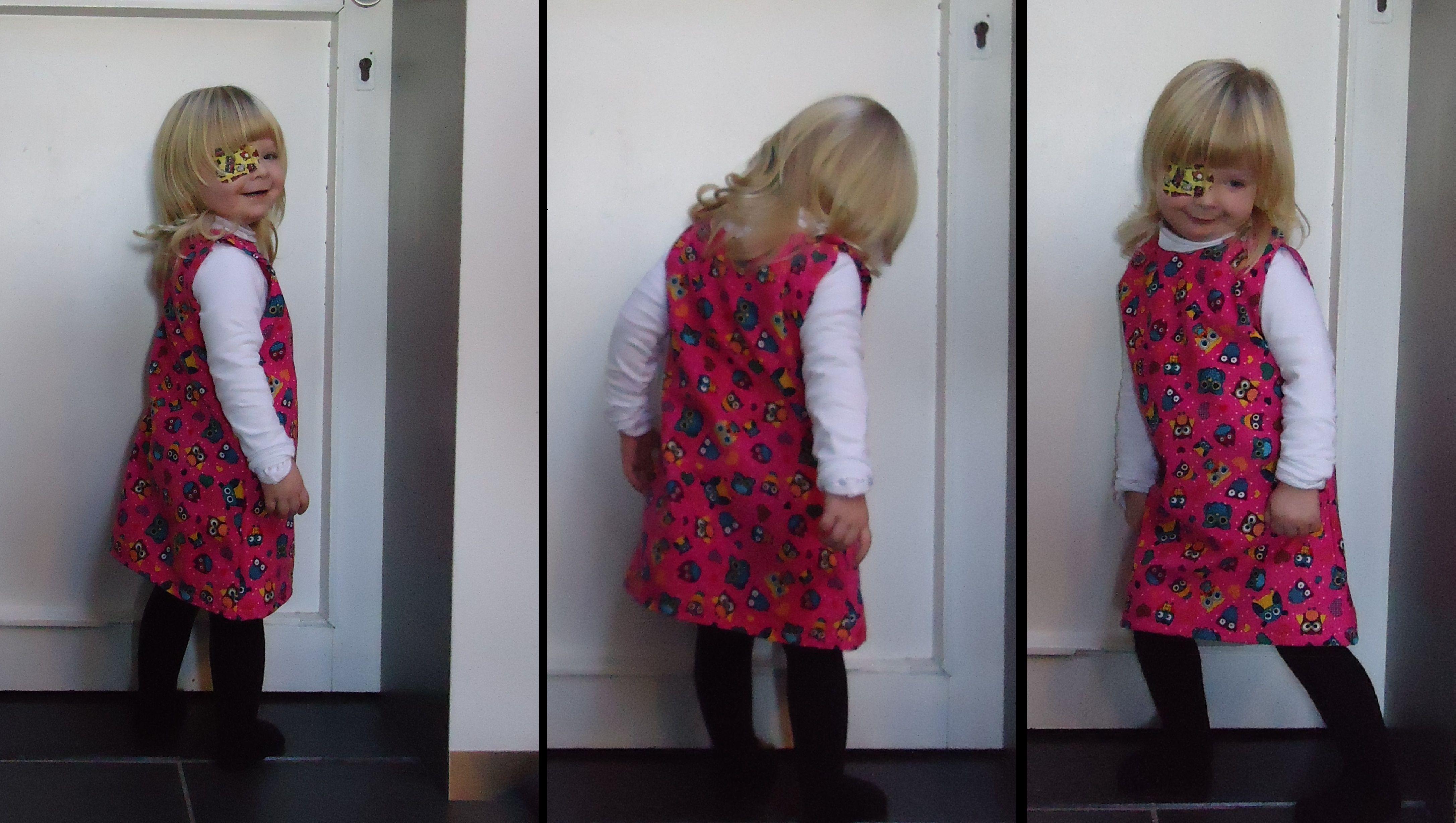 DIY mijn allereerste jurkje,sluiting schouders met knoopjes,roze jurk met print van uiltjes