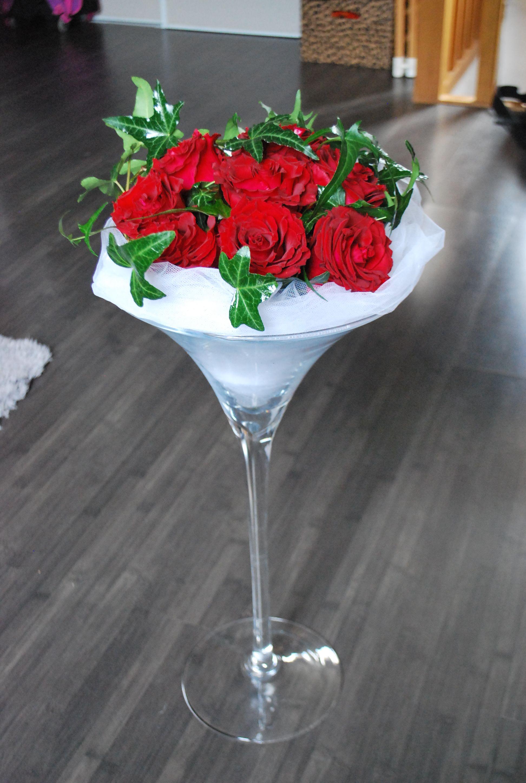décors blanc et rouge - composition florale en vase martini