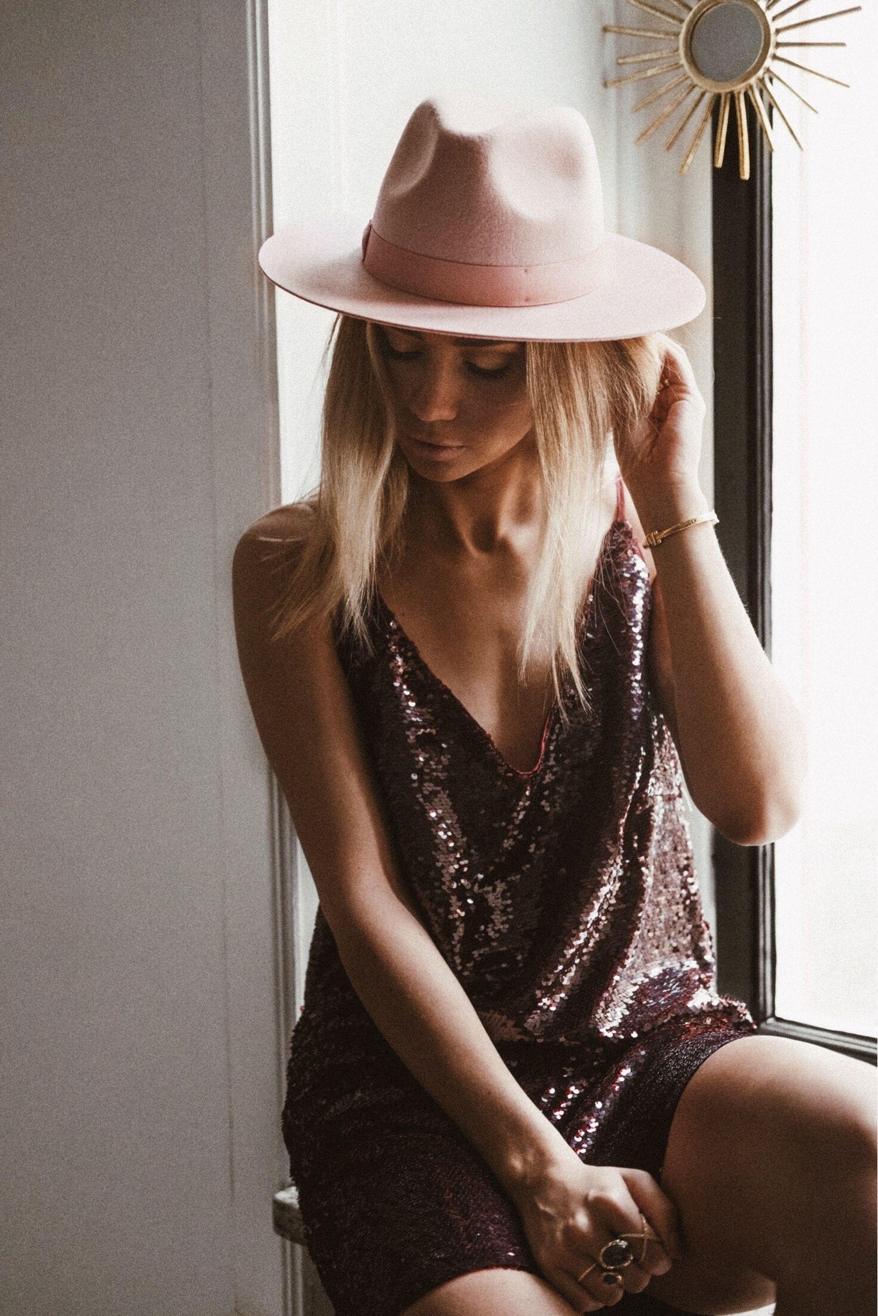 787e2a0afef4c STARDUST - Lisa Olsson - Lack of color pink hat paljettklänning ...