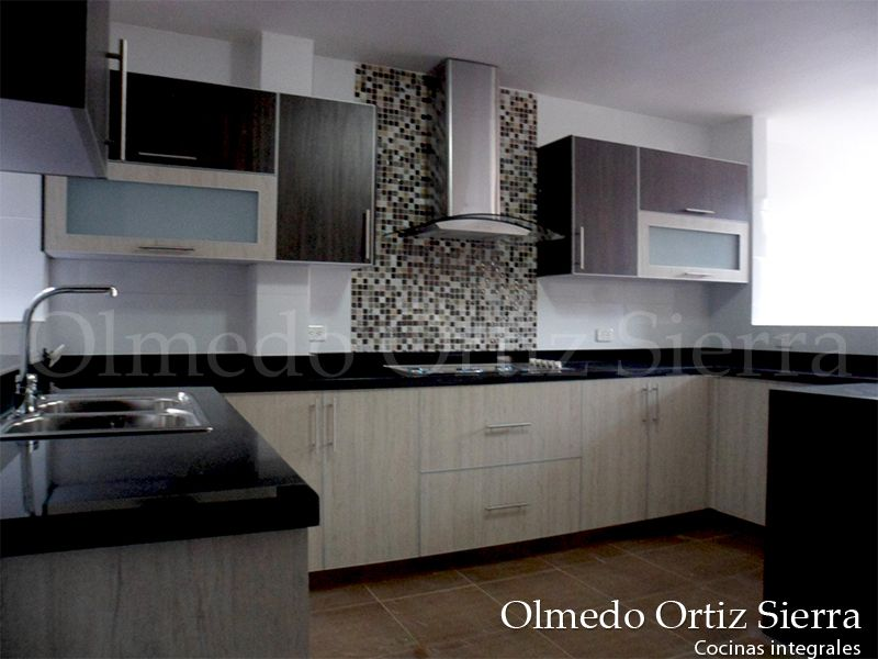 Cocina integral en combinaci n de tres colores for Enchapes cocinas modernas