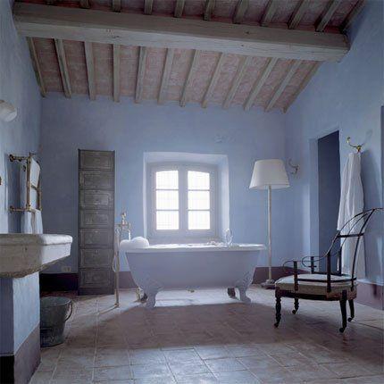 salle de bains bleu clair avec baignoire centrale ancienne, vasque - salle de bain en bleu