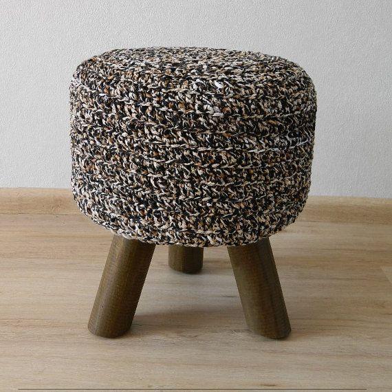 tabouret unique noir cru beige housse repose pieds de tricot s la main les trois jambes pouf. Black Bedroom Furniture Sets. Home Design Ideas