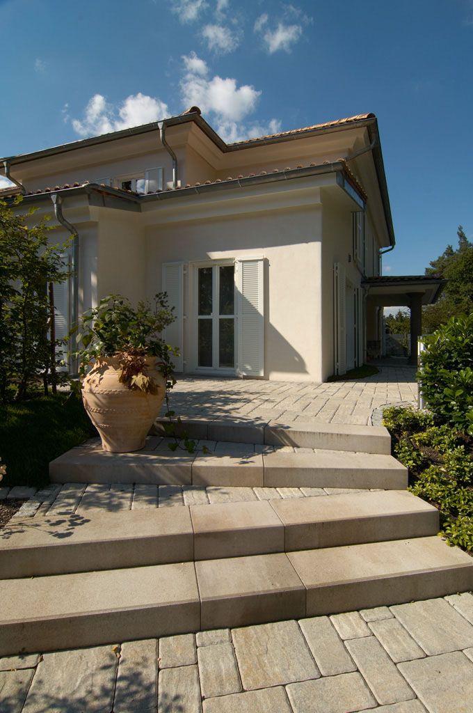 La Tierra Stufen passen hervorragend zum romantischen Landhaus-Stil. Verwenden Sie einfach Pflaster, Palisaden und Stufen aus einem System. So gelingen komplette Gestaltungslösungen aus einem Guss. #hausdekoeingangsbereichaussen