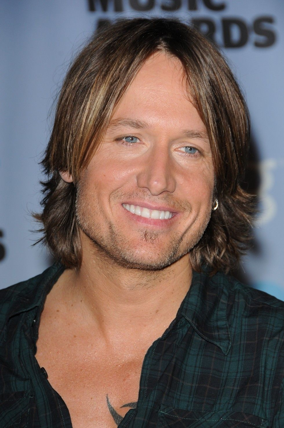 12 Haircuts Keith Urban Has Rocked Throughout His Career Nicole Kidman Keith Urban Keith Urban Mens Hairstyles