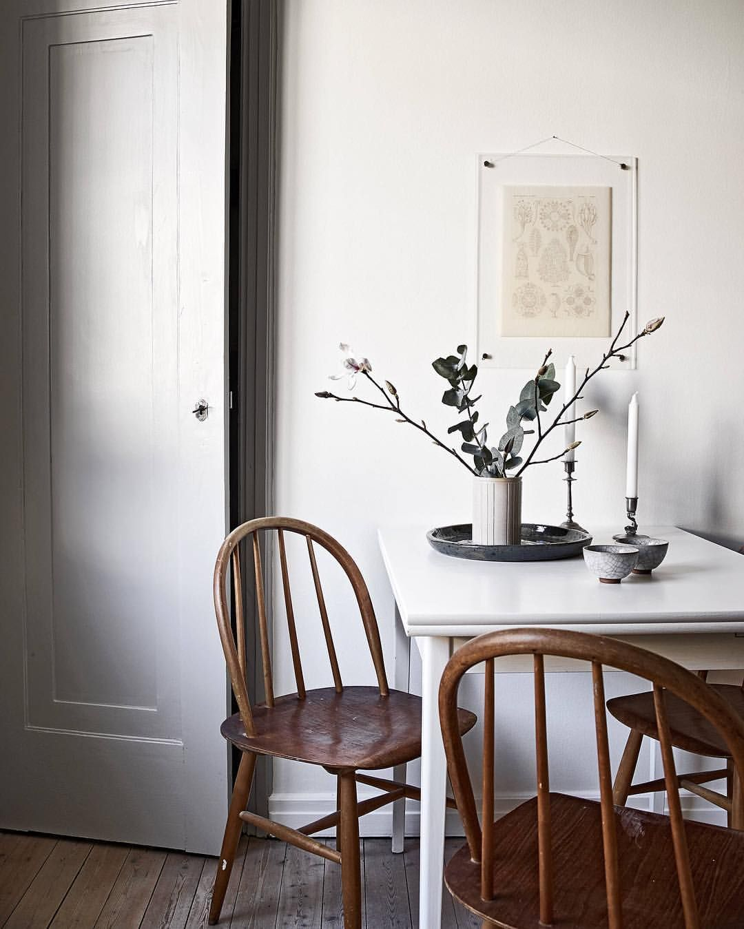 Essplatz Küche Esszimmer weißer Esstisch Vintage Holzstühle Kunst ...
