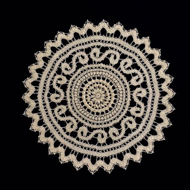ブリュ―ゲルレース。2個のパプコーンを編みいれているところが♡型に見えるのが面白い。
