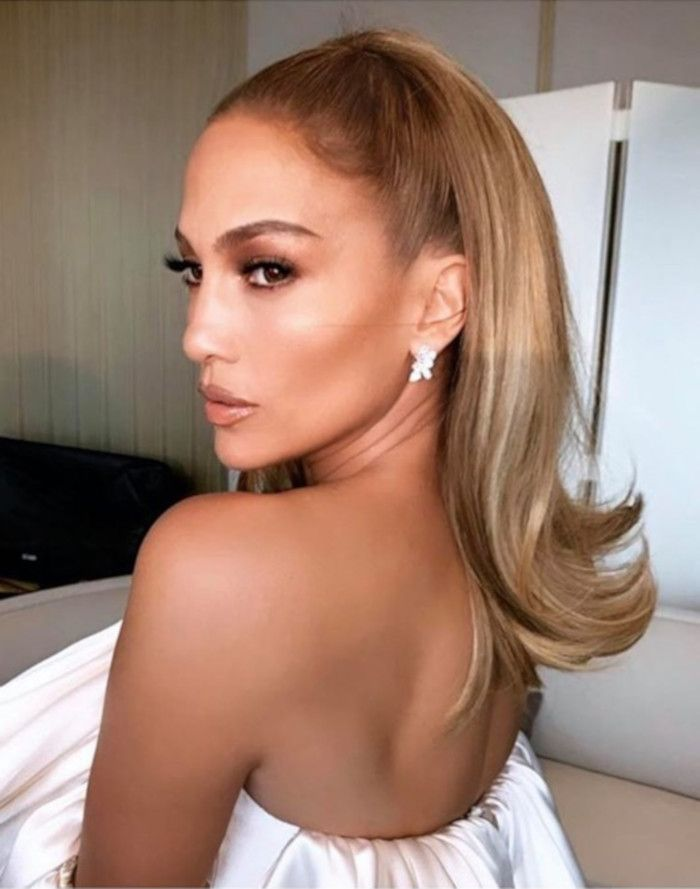 Celebrities Are Obsessed With This 90s Hairstyle Trend Page 4 Of 7 Viva Glam Magazine Slick Hairstyles Retro Hairstyles Hair Flip