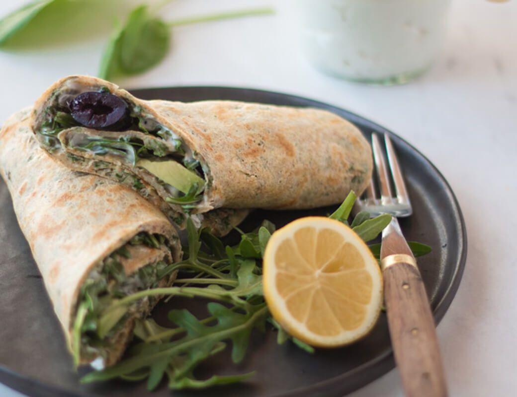 Schnelles und einfaches Rezept für vegetarische Kräutercrepes gefüllt mit Avocado, Rucola und Oliven.