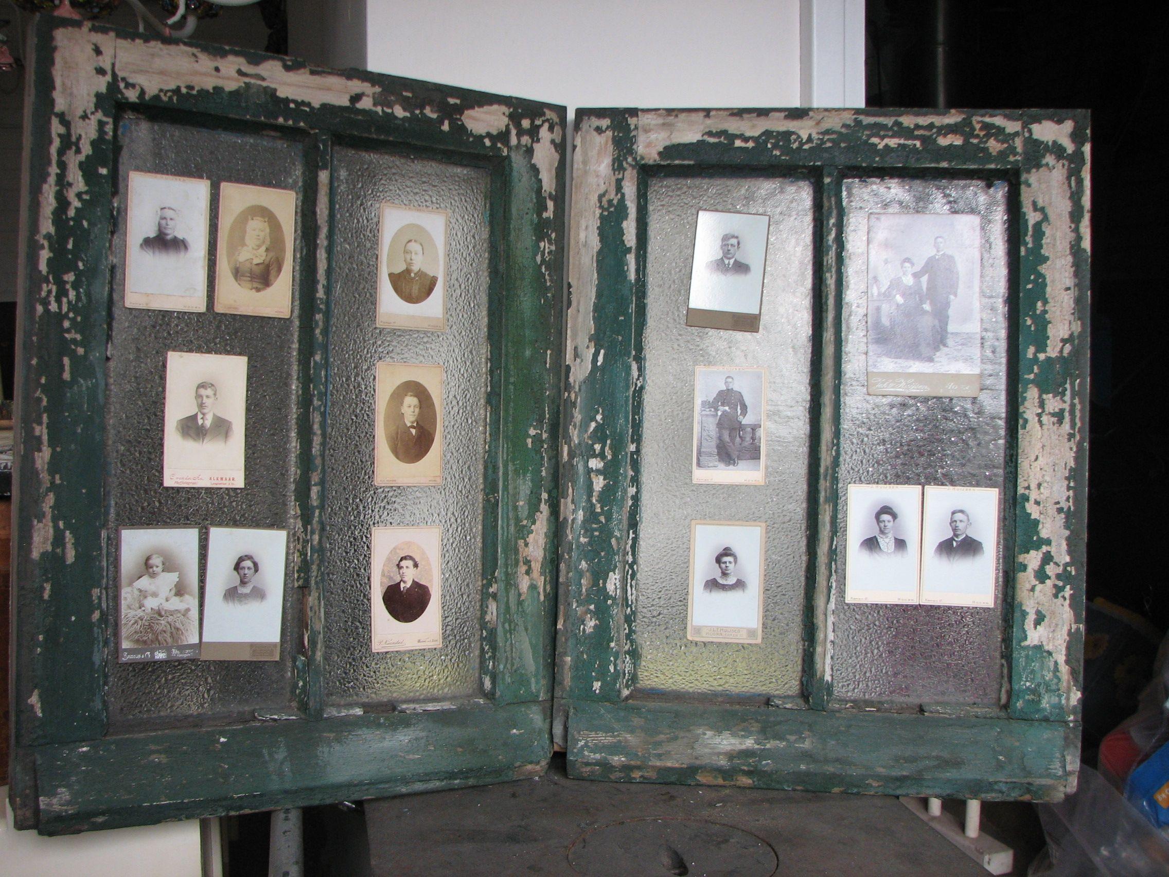 100 jaar terug kon je toch niet bedenken dat je nu bij iemand in huis aan een oud raam hangt als - Oude huisdecoratie ...
