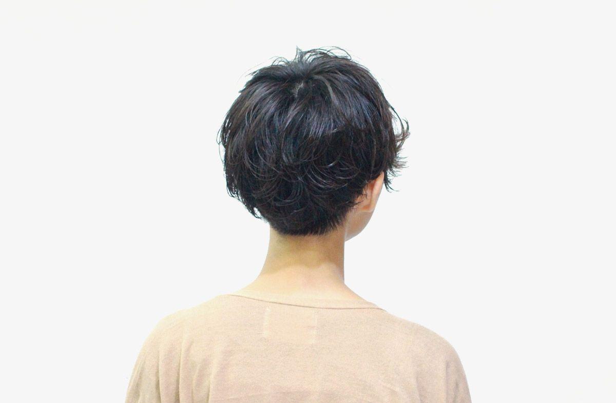 うっとうしさも残した前髪がポイントです。くせ毛風のパーマも子供っぽくなりすぎないように、ウェットな質感でややタイトに仕上げました。