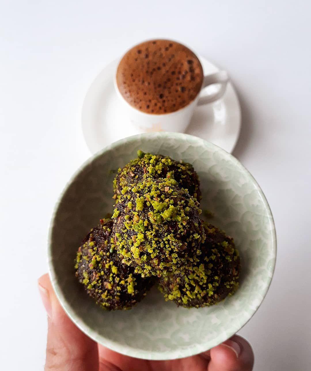 Sade kahvem ve hurma toplarım.😍 . . . . . #araöğün #kahvekeyfi #bolköpüklü  #bolköpüklütürkkahvesi #...