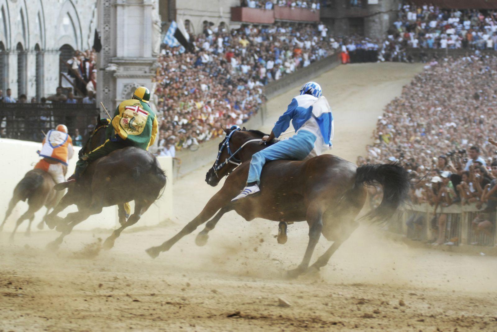 Anche a Firenze si correva un Palio, anzi 10! I cugini senesi hanno il celebre Palio di Siena, noi ne correvamo addirittura 10. Storia delle corse di cavalli (e non solo) che si svolgevano nel Medioevo a Firenze.