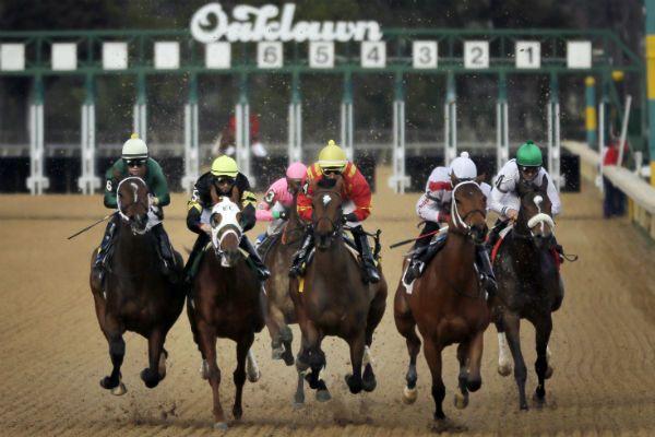 Ésta es la tercera carrera de caballos en el día de inauguración de la tradicional Oaklawn Park Race Track en Estados Unidos.