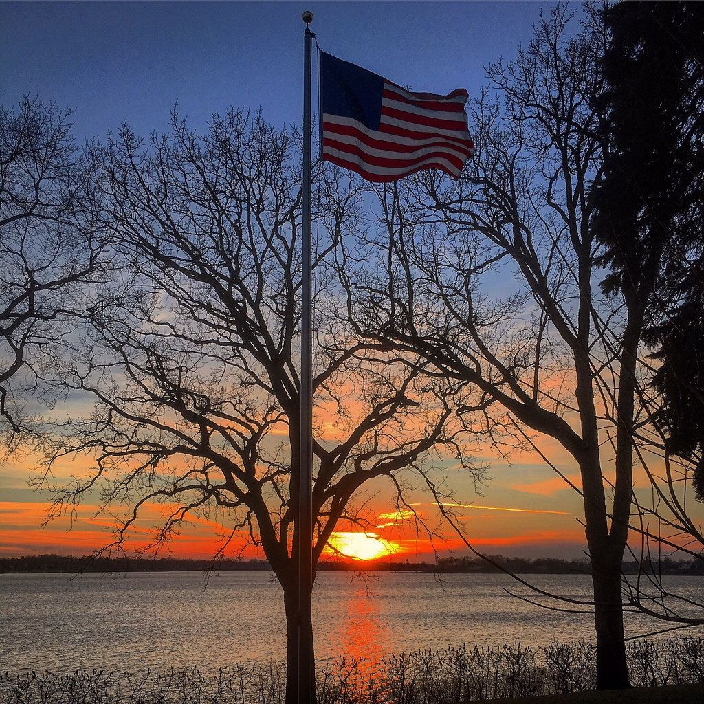 Very soon the days in the northern hemisphere will start to get longer. #lakeminnetonka #minnesota #mn #exploremn #nature #fall #sunset #mnlakelife #lakelife #lake #minnetonka #tonka #waves #sun #water #orono #oronomn #iphone6s #usa #america